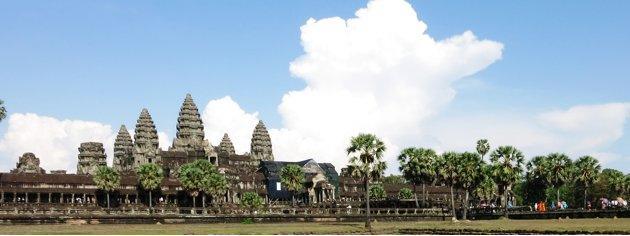 biksu-muda-di-berpose-di-depan-Angkor-Wat