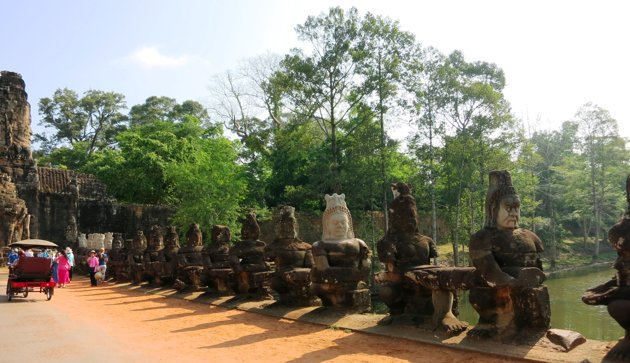 Patung-patung-menuju-ke-gerbang-Angkor-Thom